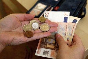Priemerná mzda v Trenčianskom kraji vlani stúpla na 921 eur.