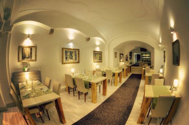 Čisté, útulné, moderné... Časť reštaurácie so vstupom z ulice.