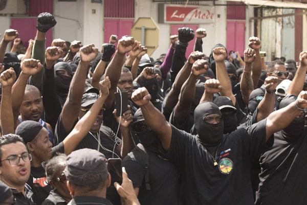 Protesty v uliciach majú vyriešiť francúzsky ministri.