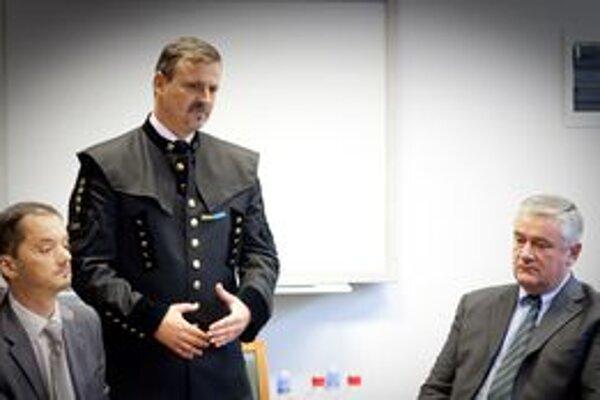 Rudolf Podoba sa s poslancami stretol v parlamente.