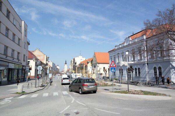 Centrum Trnavy 29. marca  2017. Sneženie spred štyroch rokov je len spomienkou.