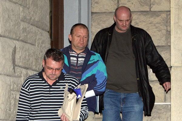 Michala Hrbáčka (v strede) prokuratúra podozrievala, že patrí k pozemkovej mafii.
