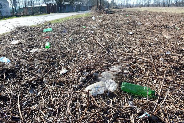 Plastové fľaše. Lemujú celú cestu.
