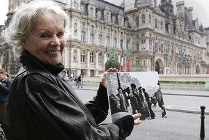 Francoise Bournet pózuje s originálnou fotografiou, pre ktorú ju spoločne s priateľom Robert Doisneau angažoval.
