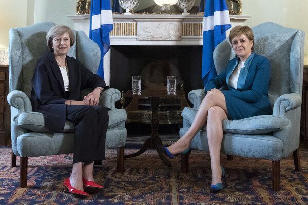 Theresa Mayová (vľavo) a Nicola Sturgeonová (vpravo).