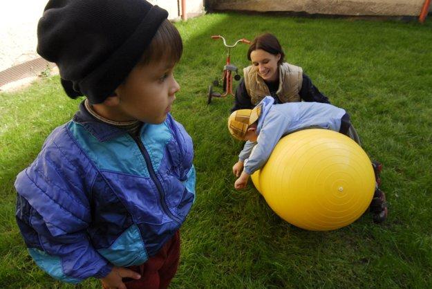 Relaxačné cvičenie detí s autizmom v Súkromnej špeciálnej základnej a materskej škole v Prešove.