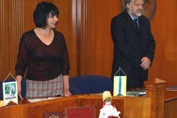 Jana Vršková a Milan Budač vykonávajú v Prievidzi civilné obrady.
