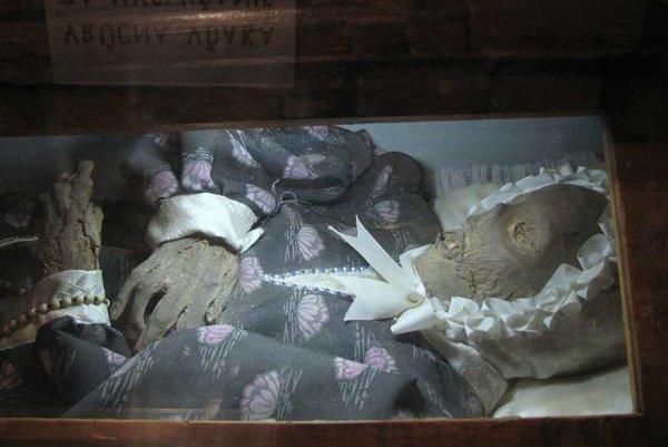 Telo, ktoré bolo dovtedy uložené v kaplnke kostola v Tepličke nad Váhom, 1. apríla 2009 dopoludnia polial horľavou látkou a zapálil vtedy 31-ročný muž zo Žiliny.