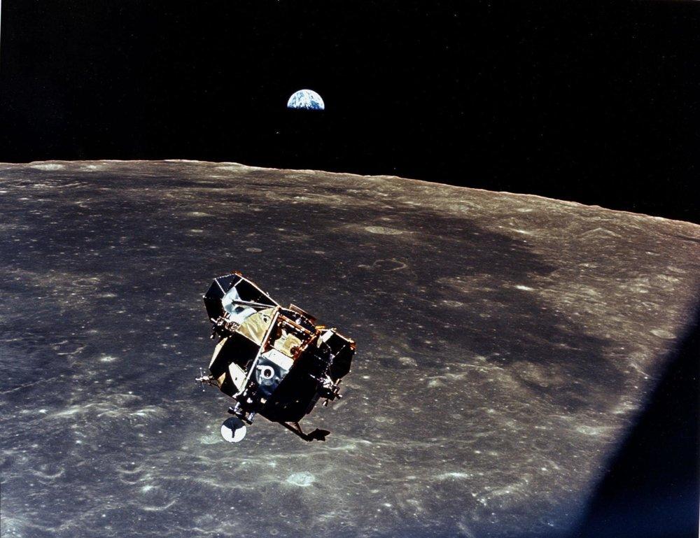 Lunárny model Apollo 11 sa vzďaluje od mesačného povrchu. Na ňom strávili Armstrong a Aldrin 22 hodín.