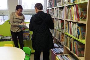 Ružena Galčíková (vľavo) ochotne radí čitateľom.