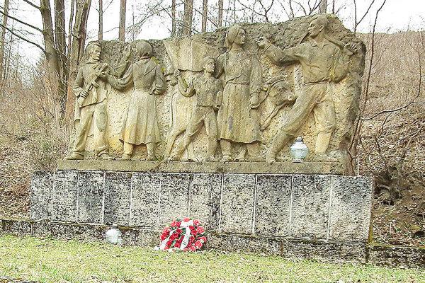Pomník apamätník na ľudí, ktorých počas druhej svetovej vojny zastrelili apochovali do masových hrobov pod Hálečkovou.