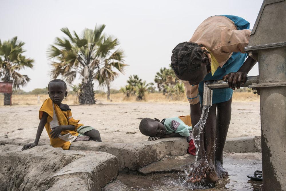 V Južnom Sudáne nemá podľa Detského fondu OSN prístup k bezpečnej, čistej vode viac ako päť miliónov ľudí, v dôsledku čoho sa stupňujú problémy tejto krajiny s hladomorom a občianskou vojnou. Dokonca aj tí z nich, ktorí vodu nájdu, strávia väčšinu svojho dňa cestou za ňou a prenášaním nádob so vzácnou tekutinou, ktorá je pre život zásadná.