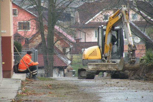 Oprava cesty Pod cintorínom v Likavke počas leta 2016.