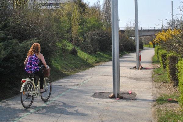 Prekážka pre chodcov. Naraziť môžu aj cyklisti.