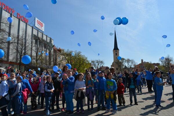 Deti vypustili na oblohu modré balóny.