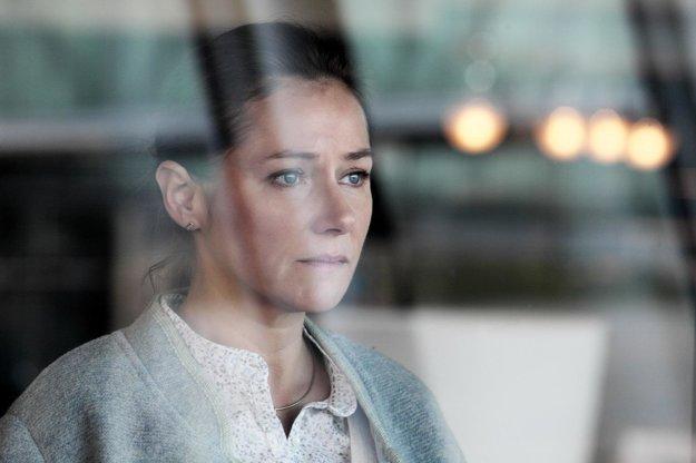 Hlavnú úlohu hrá dánska herečka Sidse Babett Knudsen, ktorú teraz môžeme vidieť v seriáli Vláda.