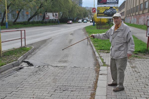 Diera v ceste. Spôsobuje, že autobusy sú naklonené a starší ľudia majú problém nastúpiť. Poprehýbaný je aj ostrovček.