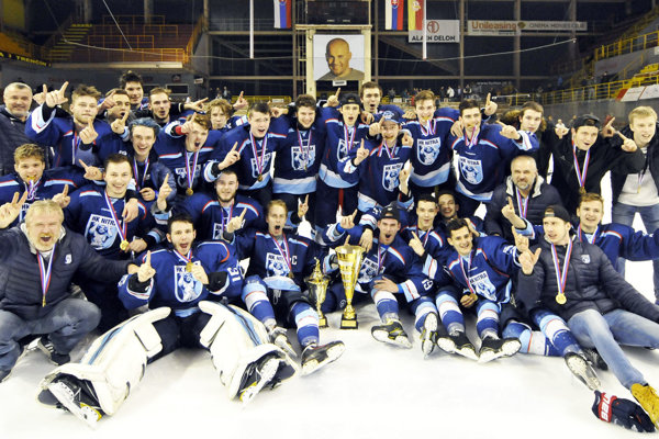 Hokejoví juniori spod Zobora sa radovali z titulu na trenčianskom ľade.