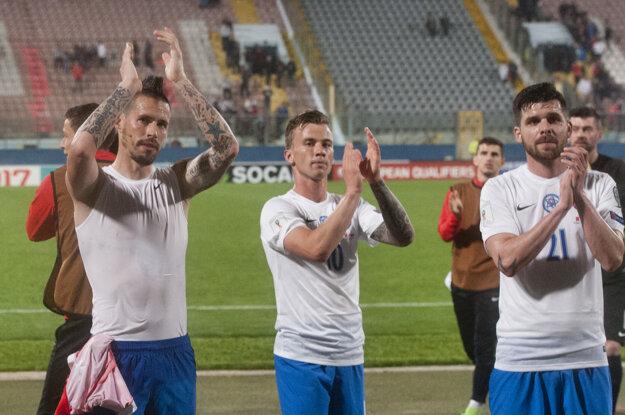 Futbalisti Slovenska ďakujú fanúšikom po víťazstve na Malte. Najbližšie ich v júni čaká súboj s Litvou.