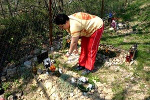 Správkyňa cintorína sa o hroby pravidelne stará.