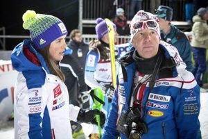 Petra Vlhová a jej tréner Livio Magoni (vpravo).