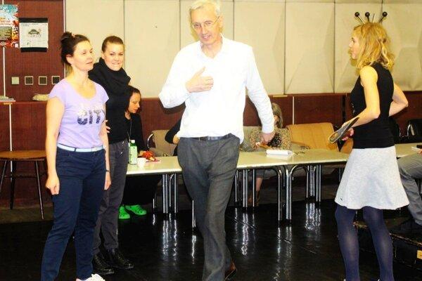 Jan Antonín Pitinský počas skúšky s hercami.