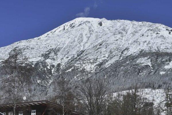 Vo vysokohorskom teréne napadlo okolo 10 cm snehu.
