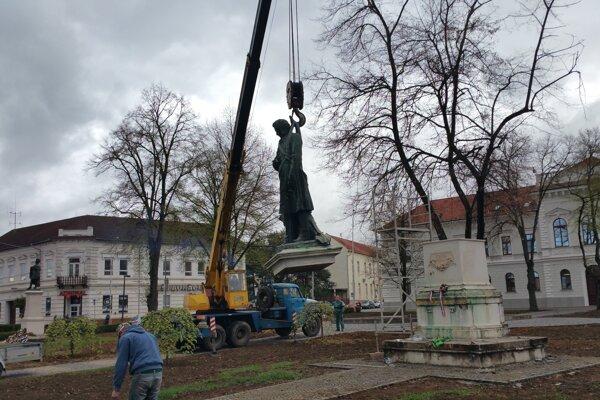 Ilustračné/Demontovanie sochy M. Tompu.