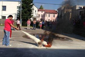Vedeli by ste pri požiari použiť hasiaci prístroj?