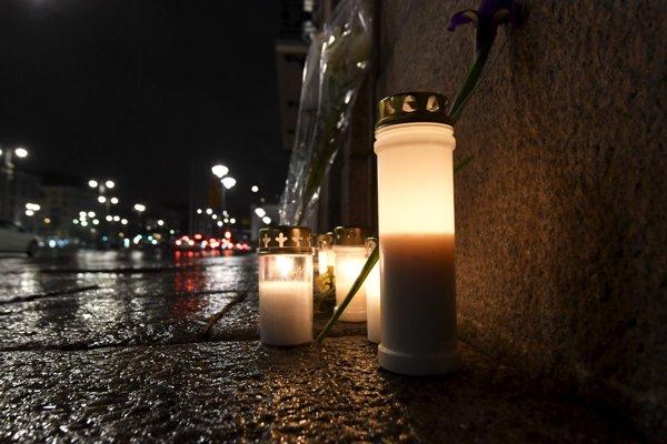Sviečky pred švédskou ambasádou vo fínskych Helsinkách.