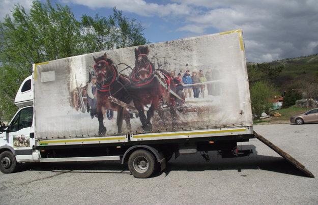 Kone priviezli z Golianova týmto autom.