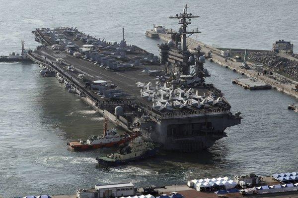 Útočná skupina pozostáva z lietadlovej lode USS Carl Vinson, dvoch torpédoborcov a jedného krížnika.