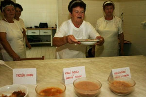 Antónia Michniková prináša jednu z piatich fazuľových polievok.