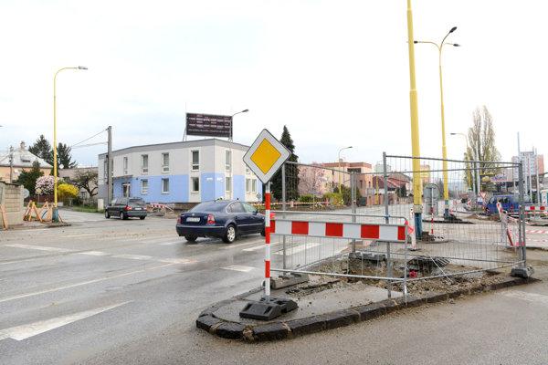 Frekventovaná križovatka. Demontovali tam semafory už aj so stĺpmi. Chodci sa tam budú musieť spoliehať na ústretovosť vodičov.