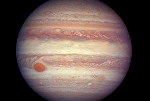 Rôzne chemické zlúčeniny v atmosfére Jupitera vytvárajú pestrosfarbené oblačné štruktúry.