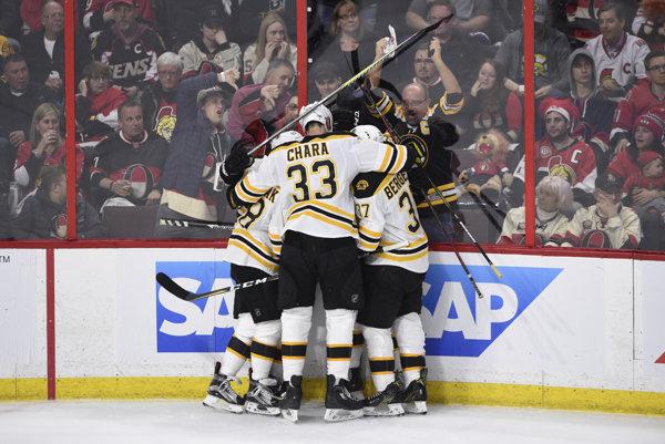 Hráči Bostonu sa radujú po jednom z gólov.