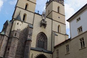 Vstupný portál baziliky patrí k vzácnostiam.
