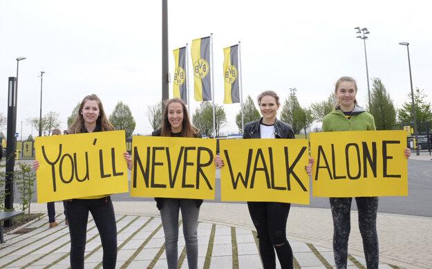 Fanúšikovia Dortmundu držia transparent pred tréningovým centrom Borussie Dortmund v Dortmunde 12. apríla 2017.