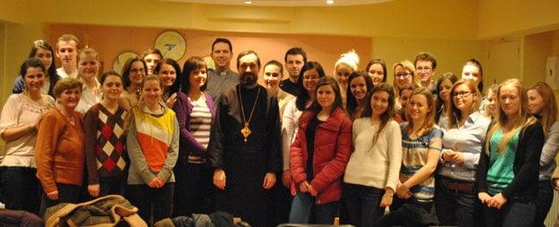 Biskup Lach medzi mladými.