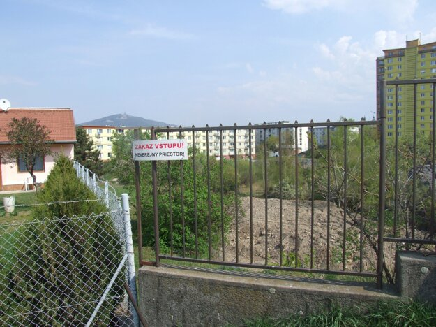 Svahy bane sa zosúvajú. Zhora osadili plot.