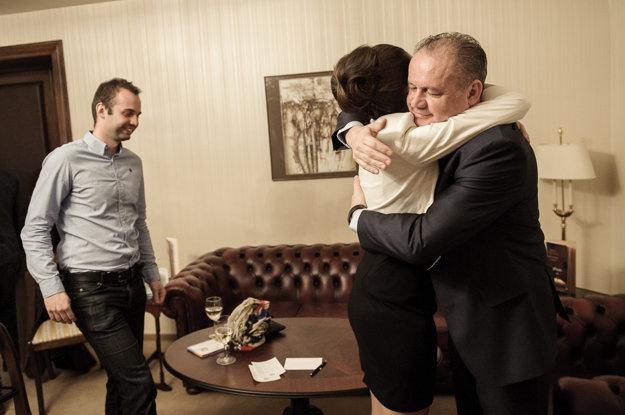 Syn Andrej a dcéra Natália gratulujú otcovi k postupu do druhého kola.