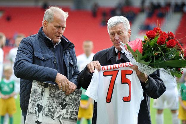 Pred stretnutím v Trnave zablahoželali k 75. narodeninám klubovej ikone Jozefovi Adamcovi (vpravo).