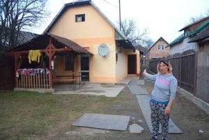 Z važeckej chatrče do jelšavského domu. Mária Lacková sa presťahovala do Jelšavy, trvalý pobyt si tam však prihlásiť nevie.