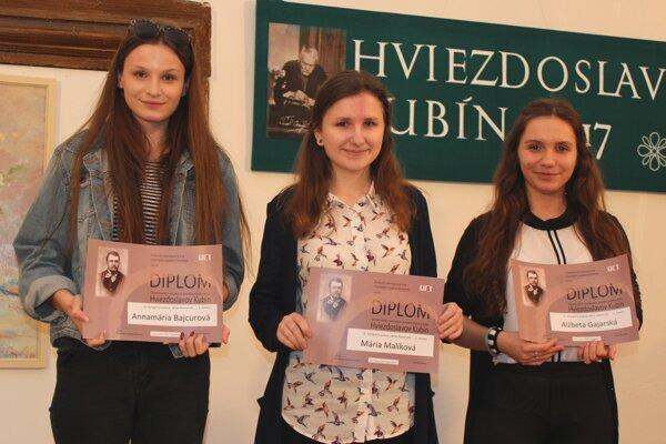 Najskúsenejšie recitátorky poézie. Zľava: A. Bajcurová, M. Maliková, A. Gajarská.