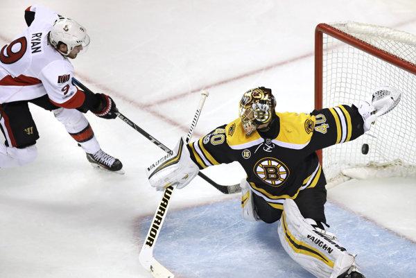 Bobby Ryan (vľavo) z Ottawy Senators strieľa víťazný gól do siete Bostonu Bruins.
