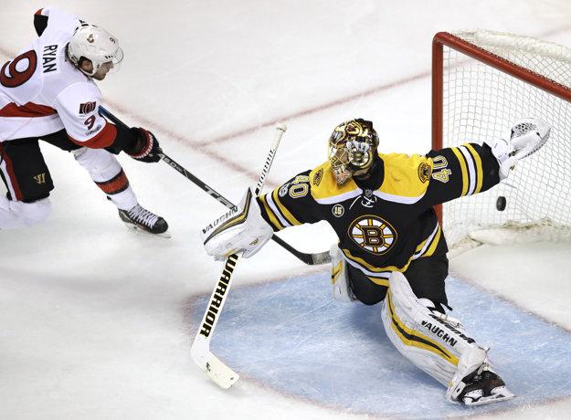 Bobby Ryan (vľavo) strieľa víťazný gól do siete Bostonu Bruins.