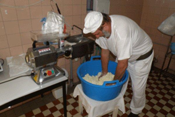 Poslednou fázou výroby bryndze je premiešanie syrovej hmoty so soľou.