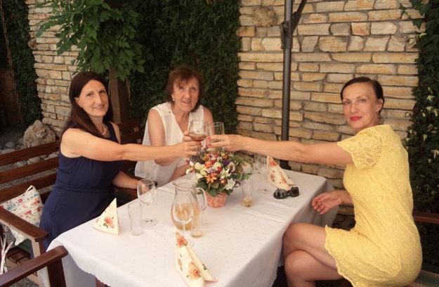Danica Hudáková s maminou a sestrou Ivou.