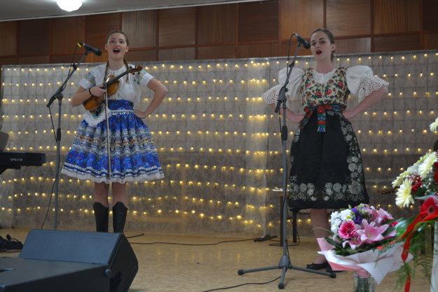 Študentky gymnázia zaspievali v krojovom prevedení ľudovú nôtu v sprievode huslí.