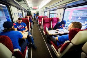 Slovenskí hokejoví reprezentanti počas odchodu mimoriadnym vlakom z Bratislavy do Košíc.